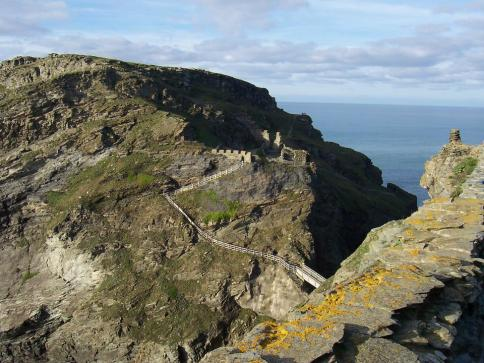 Remains-of-the-island-courtyard-of-Tintagel-Castle-1204134EED5830B6